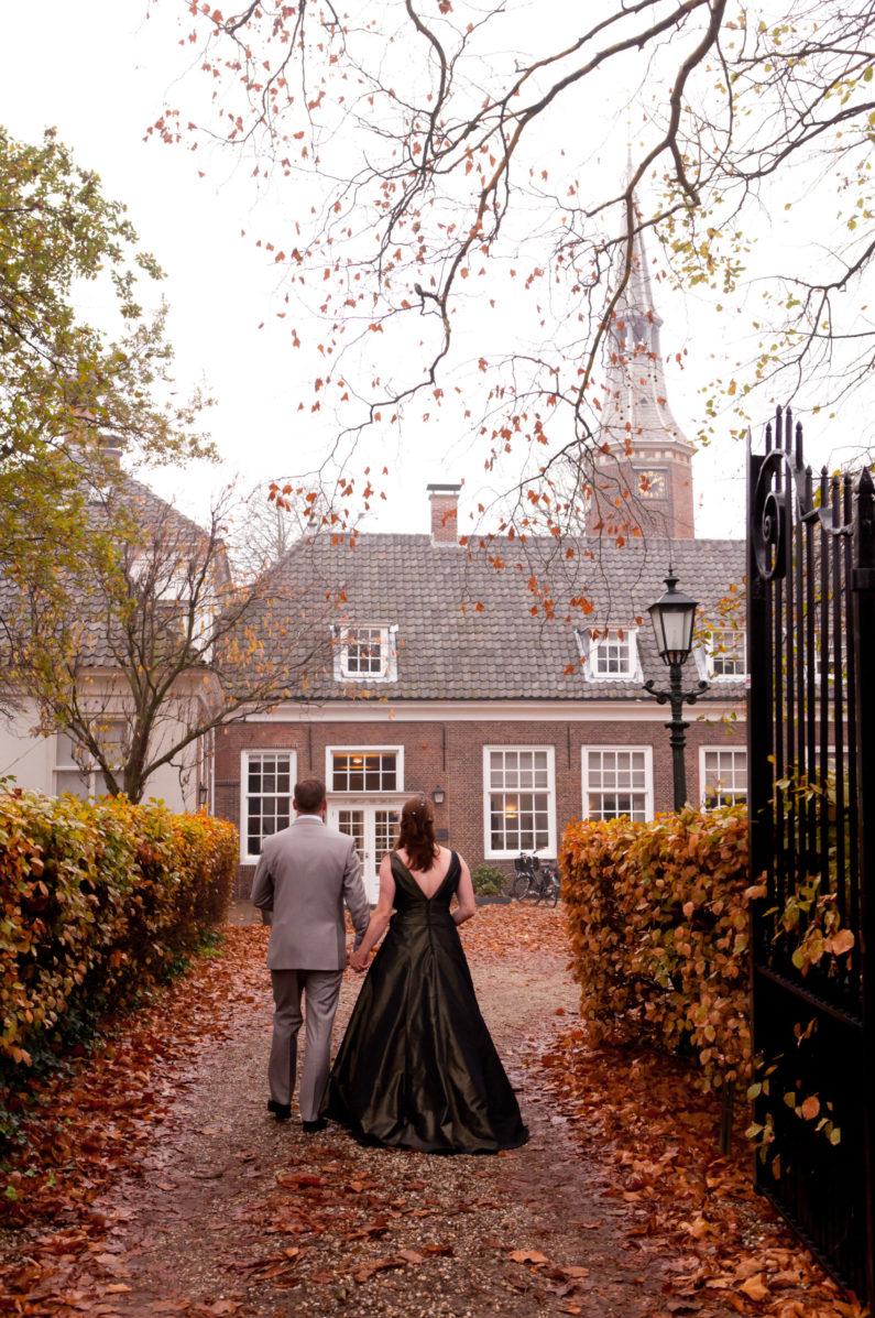 Entree bij Huis de Werve door bruidspaar